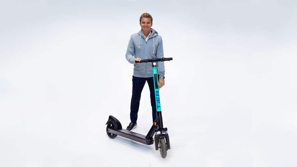 Nico Rosberg mit TIER E-Scoote