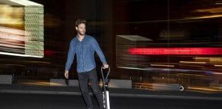 Elektro-Tretrollern und Skateboard