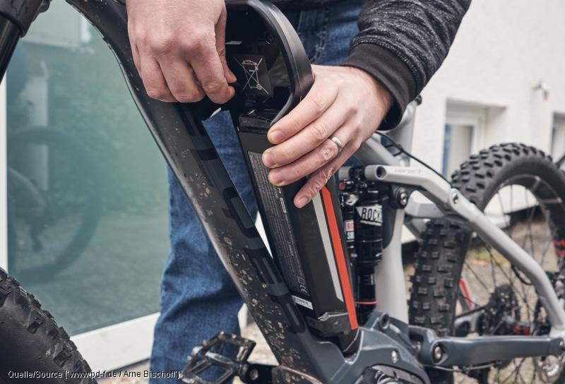 E-Bike Akku vor dem Einlagern auf mindestens 60 Prozent aufgeladen