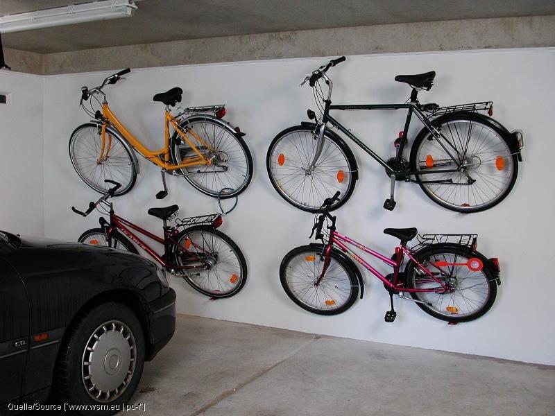 Mit Wandhalterungen lassen sich auf kleiner Fläche viele Fahrräder winterfest einlagern