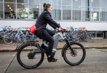 Bereits vor einigen Jahren hat niederländische Hersteller Trefecta für Aufsehen gesorgt. Mit dem DRT wurde ein E-Bike vorgestellt, dass Höchstgeschwindigkeiten von 90 km/h ermöglicht. Der Haken war jedoch der hohe Kaufpreis von mehr als 25.000 Euro, weshalb das DRT nicht massentauglich war. Aus diesem Grund geht Trefecta mit dem RDR nun neue Wege. Schon in wenigen Tagen wird das S-Pedelec erstmals zum Verkauf angeboten.