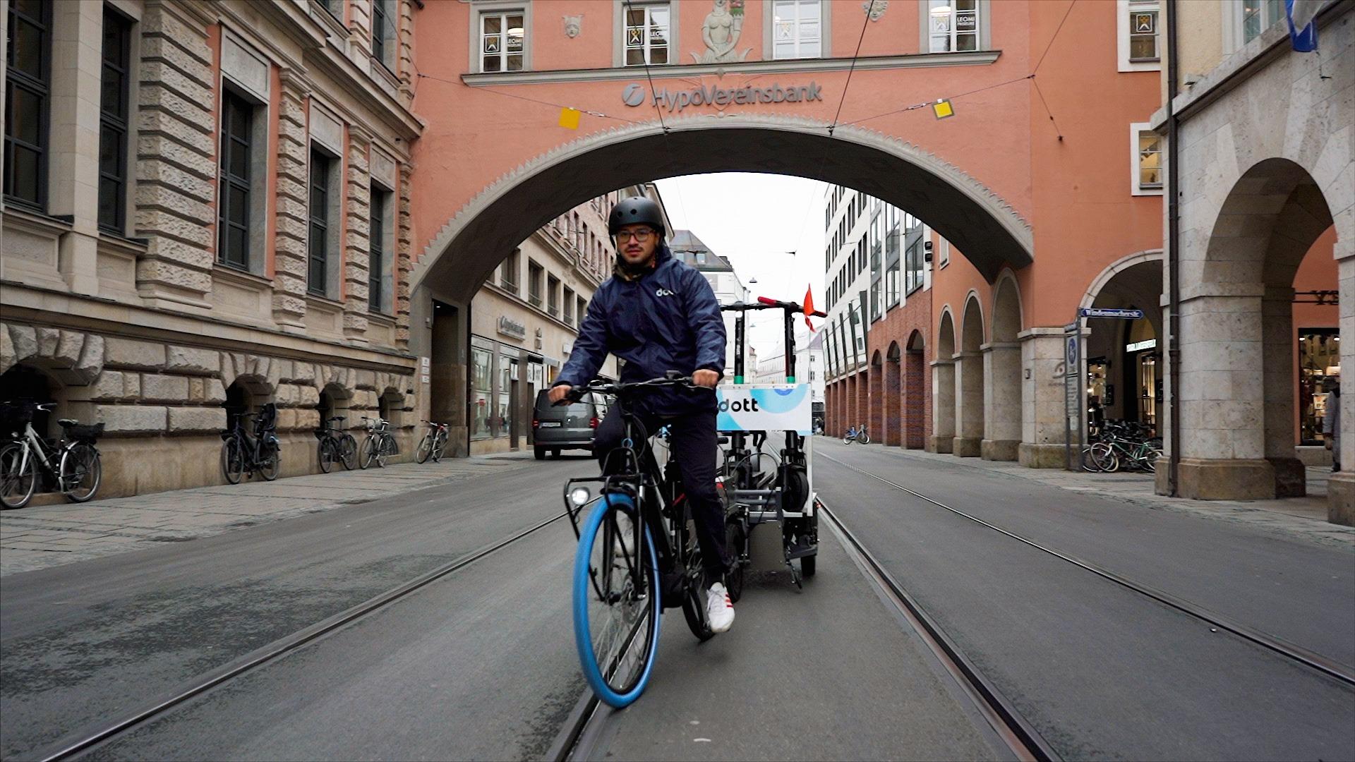 Nüwiel-E-Trailer Transport von E-Scootern