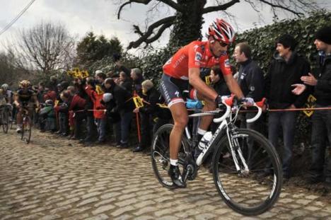 Hat er einen E-Motor im Rennrad oder Nicht? Cancellara beim viel diskutierten Anstieg auf der Flandernrundfahrt 2010.