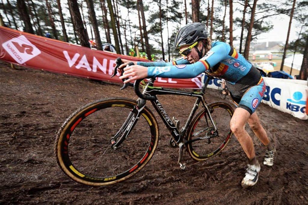 Femke Van den Driessche schiebt ihr E-Bike im Jahr 2016. Sie wurde für 6 Jahre wegen Doping gesperrt.