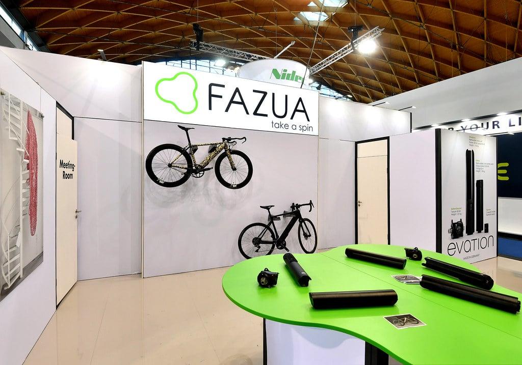 E-Rennräder an der Wand: FAZU auf der Eurobike.